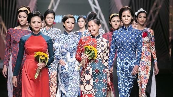Trình diễn áo dài của nhà thiết kế Thủy Nguyễn tại Vietnam International Fashion Week Thu Đông 2017