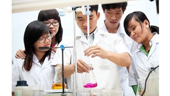 Sinh viên Khoa Công nghệ Hóa học-Thực phẩm trong giờ thực tập