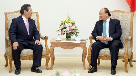 Thủ tướng Nguyễn Xuân Phúc và Cố vấn Nội các Thủ tướng Nhật Bản Isao Iijima - Ảnh: VGP/Quang Hiếu