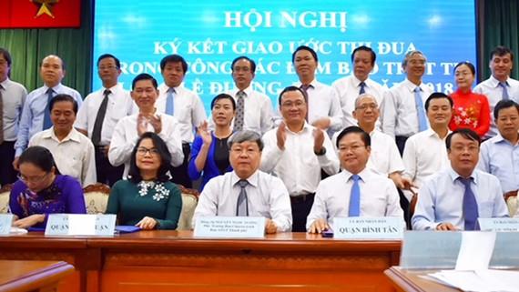 Lãnh đạo các quận - huyện ký cam kết thi đua giữ gìn trật tự lòng đường, vỉa hè năm 2018