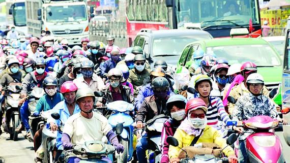 Người dân trở lại TPHCM trên Quốc lộ 1 vào ngày 1-5 sau khi nghỉ lễ. Ảnh: Cao Thăng