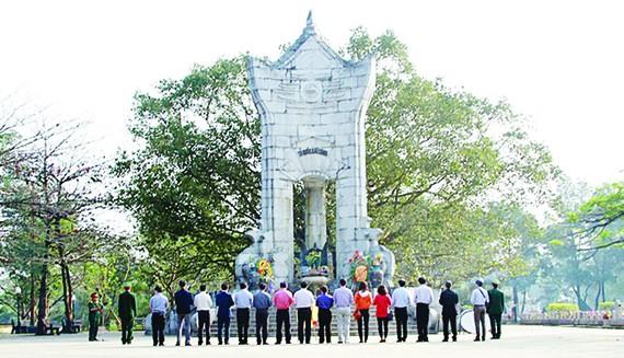 Kính cẩn tưởng niệm các anh hùng liệt sĩ tại Nghĩa trang Liệt sĩ Trường Sơn. Ảnh: THƯƠNG THƯƠNG