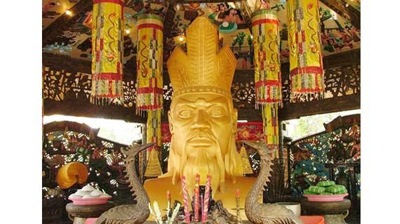 Tượng Vua Hùng trong nhà tại Khu du lịch văn hóa Suối Tiên - TPHCM