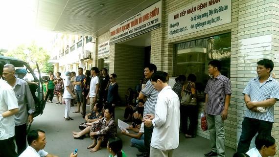 Tại nhiều bệnh viện, người bệnh đi khám bệnh vẫn phải mất nhiều thời gian chờ đợi mệt mỏi