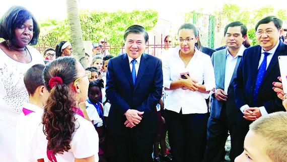 Học sinh Trường Tiểu học Bác Hồ múa hát,  chào đónChủ tịch UBND TPHCM Nguyễn Thành Phong
