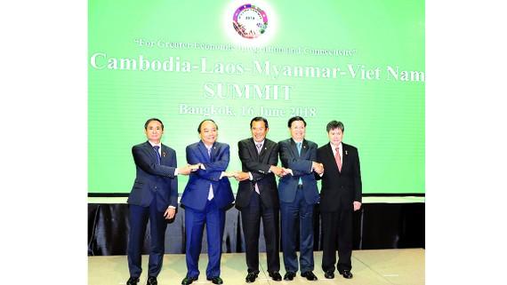 Thủ tướng Nguyễn Xuân Phúc cùng Tổng thống và Thủ tướng các nước Myanmar, Campuchia, Lào, Tổng thư ký ASEAN tại hội nghị. Ảnh: TTXVN
