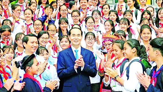 Chủ tịch nước Trần Đại Quang chụp ảnh lưu niệm với các đại biểu  chỉ huy  Đội giỏi 2018