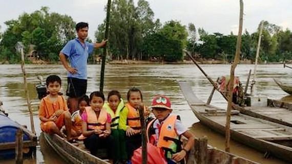 Học sinh vùng lũ An Giang được đưa đón đến trường
