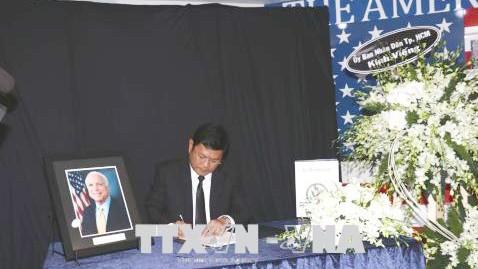 Ông Huỳnh Cách Mạng, Phó Chủ tịch UBND TP Hồ Chí Minh ghi sổ tang Thượng Nghị sỹ Hoa Kỳ John Sidney McCain.