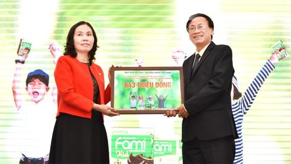 VINASOY trao 1,35 triệu hộp sữa đậu nành tặng học sinh 226 trường tiểu học