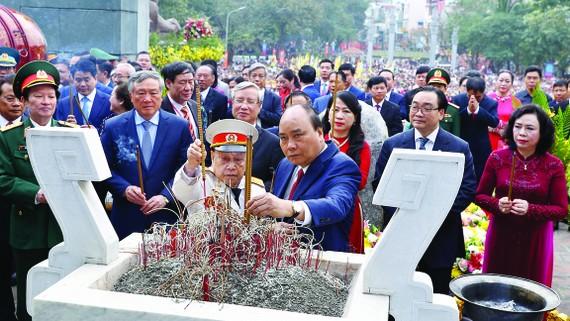 Thủ tướng Nguyễn Xuân Phúc và các đại biểu dâng hoa, dâng hương tại lễ kỷ niệm.  Ảnh: TTXVN