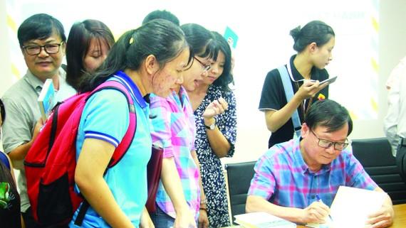 Nhà văn Nguyễn  Nhật Ánh  ký tên lên sách tặng độc giả trẻ - đối tượng tiềm năng của ngành xuất bản  hiện nay