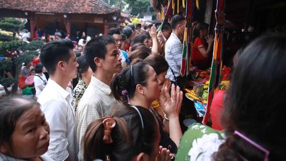 Hàng vạn người đổ về chùa Hương (Hà Nội) trong ngày khai hội gây tình trạng ách tắc cục bộ.  Ảnh: THU HÀ