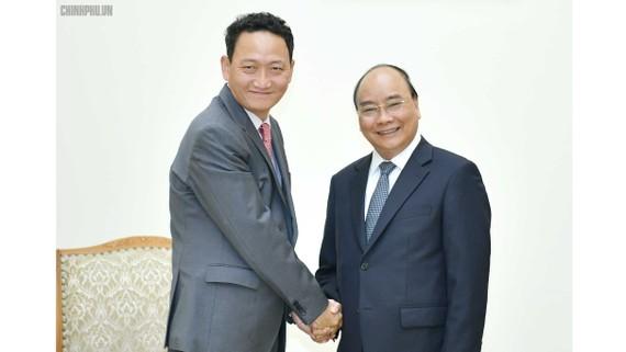 Thủ tướng Nguyễn Xuân Phúc và Đại sứ Hàn Quốc tại Việt Nam Kim Do-hyun. Ảnh: VGP/Quang Hiếu