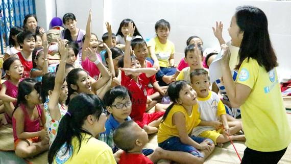 Lớp học bên hành lang bệnh viện luôn rộn ràng tiếng cười