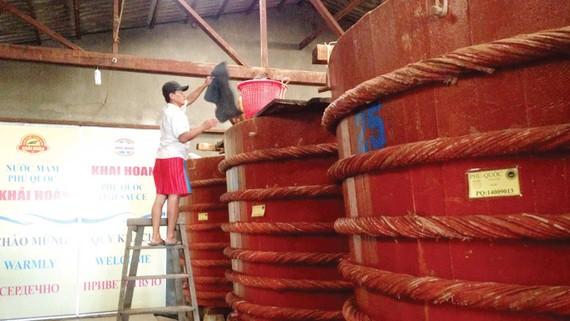 Sản xuất  nước mắm truyền thống  tại Phú Quốc.  Ảnh: Thanh Hải