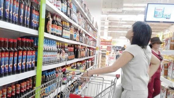 Nhiều sản phẩm nước mắm chất lượng được đóng chai, bày bán trên thị trường