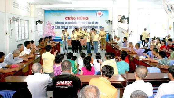 Đoàn nhạc sĩ thăm, tặng quà, giao lưu văn nghệ tại Trung tâm Công tác xã hội tỉnh Vĩnh Long