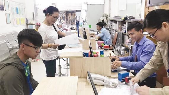 Cán bộ phường  Bến Thành (quận 1, TPHCM)  giải quyết  hồ sơ sao y chứng thực ngoài giờ