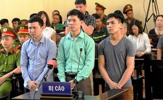 Bác sĩ Hoàng Công Lương (giữa)