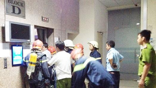 Cảnh sát PCCC giải cứu các nạn nhân ở chung cư Sacomreal  quận Tân Phú, TPHCM.  Theo NLĐ