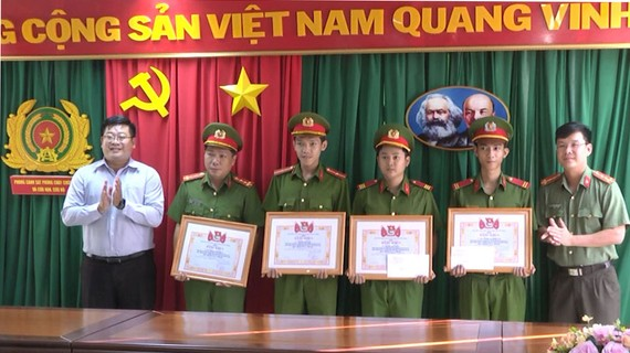 Cán bộ, chiến sĩ chữa cháy Khu vực 1  được Thành đoàn TPHCM khen thưởng đột xuất