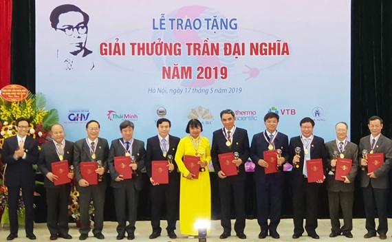 Phó Thủ tướng Vũ Đức Đam trao giải cho các tác giả đạt Giải thưởng Trần Đại Nghĩa