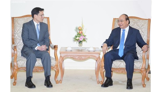 Thủ tướng Nguyễn Xuân Phúc và Thống đốc Ngân hàng Trung ương Thái Lan Veerathai Santiprabhob. Ảnh: VGP/Quang Hiếu