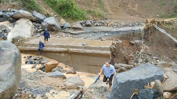 Quốc lộ 15C đoạn qua bản Pá Hộc, xã Nhi Sơn lên trung tâm huyện Mường Lát, tỉnh Thanh Hóa bị đứt gãy làm đôi, khiến giao thông tê liệt hoàn toàn. Ảnh: TTXVN