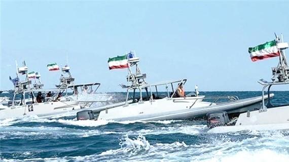 Tàu tuần tra hải quân Iran kiểm soát khu vực eo biển Hormuz