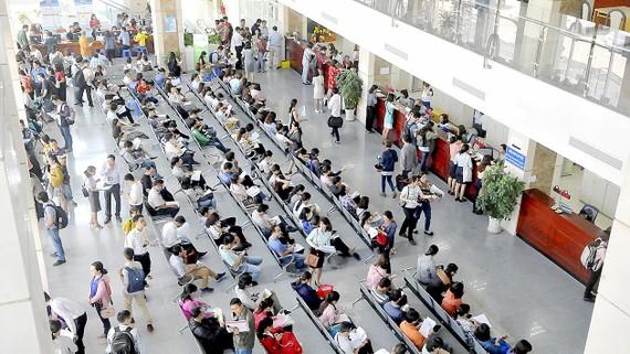 Người dân, doanh nghiệp quyết toán thuế tại Cục Thuế TPHCM. Ảnh: CAO THĂNG