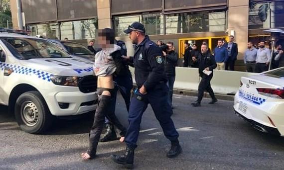 Nghi phạm bị bắt giữ tại trung tâm Sydney. Ảnh: theguardian.com