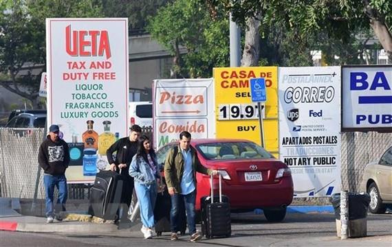 Di chuyển qua cửa khẩu Otay Mesa ở biên giới Mexico-Mỹ để sang San Diego, bang California (Mỹ) ngày 8-6-2019. Ảnh: AFP/TTXVN)