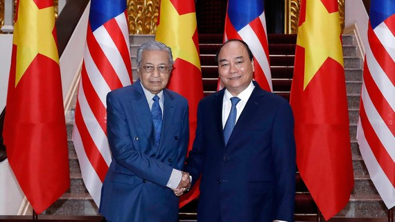 Thủ tướng Nguyễn Xuân Phúc với  Thủ tướng Malaysia Mahathir Mohamad tại Trụ sở Chính phủ.  Ảnh: TTXVN