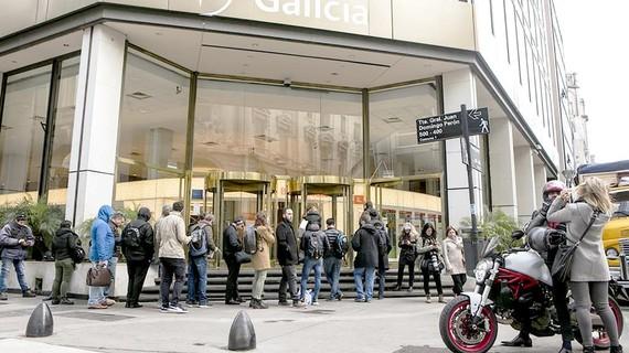 Người dân chờ đợi rút tiền tại một ngân hàng ở Buenos Aires (Argentina)