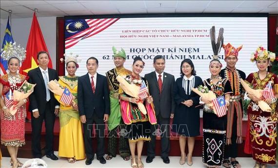 Các đại biểu tham dự họp mặt tặng hoa các nghệ sỹ Malaysia tham gia biểu diễn tại lễ kỷ niệm.