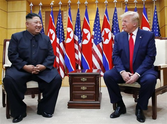 Tổng thống Mỹ Donald Trump (phải) và nhà lãnh đạo Triều Tiên Kim Jong-un trong cuộc gặp ở làng đình chiến Panmunjom tại Khu phi quân sự (DMZ) chiều 30-6-2019. Ảnh: Yonhap/TTXVN
