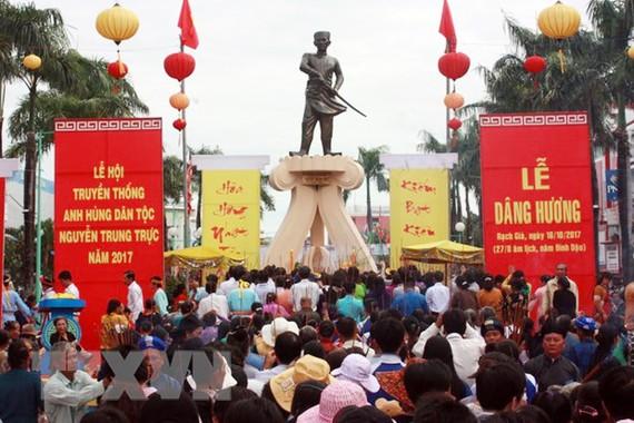 Đông đảo người dân đến dâng hương tưởng nhớ Anh hùng dân tộc Nguyễn Trung Trực. Ảnh: Lê Sen/TTXVN