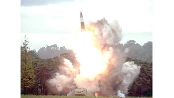Một vụ phóng thử tên lửa tầm ngắn của Triều Tiên  hồi tháng 8-2019.  Ảnh: KCNA