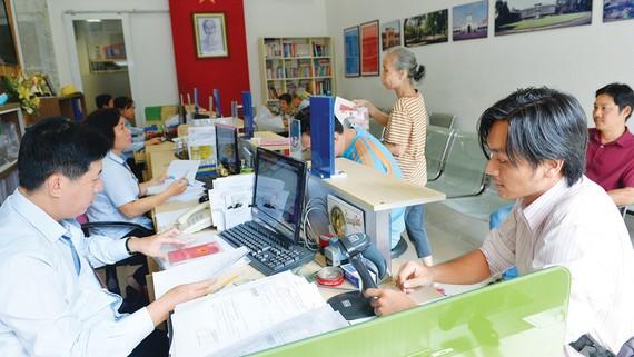 Người dân làm thủ tục hành chính tại UBND phường Bến Thành, quận 1, TPHCM. Ảnh: VIỆT DŨNG