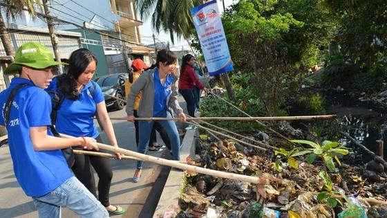 Dọn rác, làm sạch kênh rạch tại quận 12 (TPHCM) trong ngày ra quân Tháng Thanh niên. Ảnh: VIỆT DŨNG
