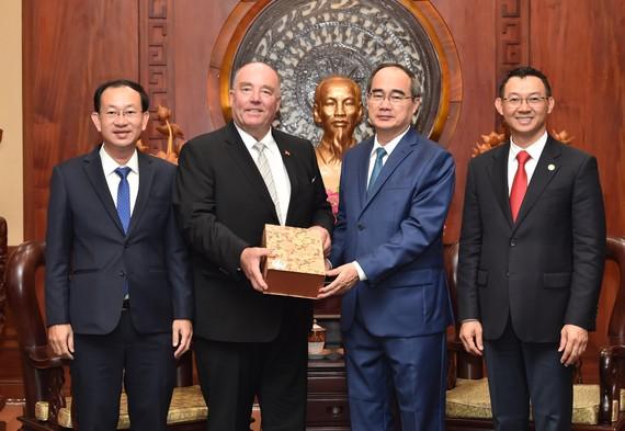 Bí thư Thành ủy TPHCM Nguyễn Thiện Nhân tiếp cựu Đại sứ Đức Rolf Schulze. Ảnh: VIỆT DŨNG