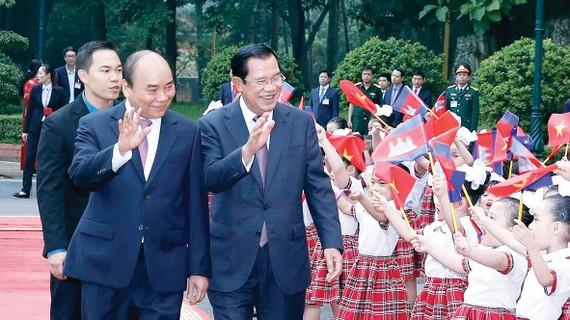 Thủ tướng Nguyễn Xuân Phúc và Thủ tướng Campuchia Samdech Hun Sen  với thiếu nhi Thủ đô Hà Nội tại lễ đón. Ảnh: TTXVN