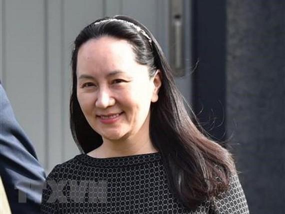 Bà Mạnh Vãn Châu rời tòa án British Columbia ở Vancouver, Canada. Ảnh: AFP/TTXVN