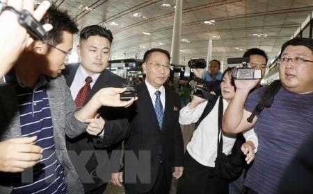Trưởng đoàn đàm phán hạt nhân của Triều Tiên Kim Myong-gil (giữa) tại sân bay quốc tế Bắc Kinh, Trung Quốc, trước khi lên đường tới Stockholm ngày 3-10-2019. Ảnh: Kyodo/TTXVN