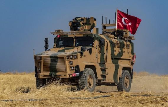 Binh sĩ Thổ Nhĩ Kỳ tiến hành tuần tra chung với binh sĩ Mỹ tại thị trấn Tell Abyad, Syria, ngày 4-10. Ảnh: AFP/TTXVN
