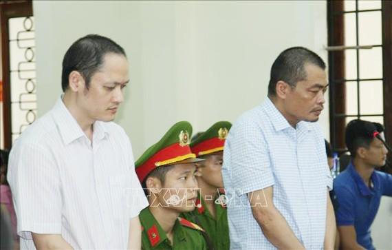 Bị cáo Vũ Trọng Lương (trái) và bị cáo Nguyễn Thanh Hoài tại phiên xét xử chiều 17-10.