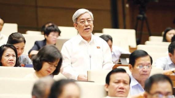 Đại biểu Quốc hội Lê Xuân Thân (Khánh Hòa) phát biểu tại phiên họp.  Ảnh: TTXVN