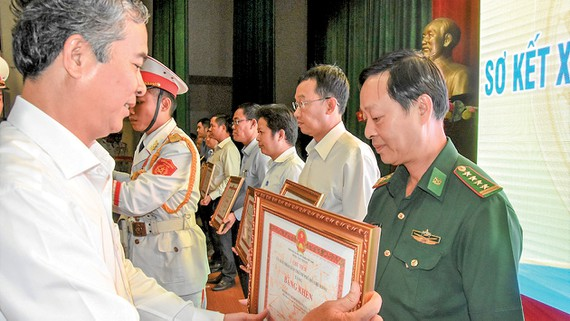 Phó Chủ tịch UBND TPHCM Ngô Minh Châu trao bằng khen cho các tập thể, cá nhân có thành tích xuất sắc