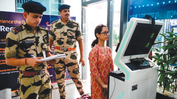 Đăng ký thông tin cá nhân tại quầy nhận diện khuôn mặt  của sân bay quốc tế Rajiv Gandhi, Ấn Độ. Ảnh: CNN